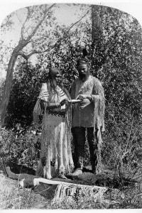 John Wesley Powell con un nativo americano, 1870