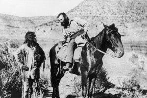 L'antropologo, geologo ed esploratore americano J. W. Powell (1834-1902) parla con un indiano Paiute. Arizona, 1873