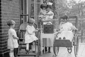 Gruppo di ragazze che ascoltano la radio all'ospedale pedriatico di Washington, agosto 1924