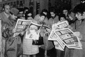 Folla a Madrid che legge la notizia della morte del generale Franco, 1975