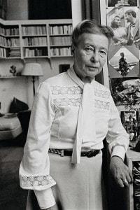 Simone de Beauvoir nella sua casa a Parigi