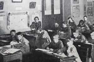 Bambini russi in una scuola statale sovietica, 1920