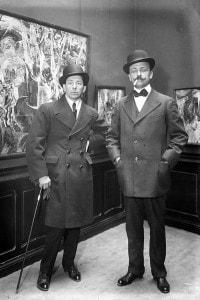 Boccioni e Marinetti al Salone dei futuristi. Rue Richepanse - Parigi, 1910