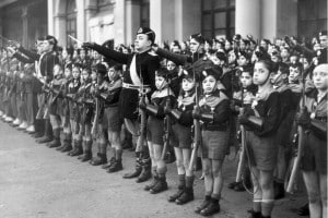 Membri dell'organizzazione giovanile fascista italiana, Balilla, fuori dalla stazione ferroviara di Roma per salutare il Primo Ministro della Gran Bretagna, Neville Chamberlain, che è in visita in Italia