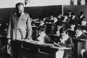 Insegnante d'italiano in uniforme militare fascista