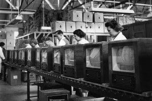 Una linea di produzione di televisori in una fabbrica di Plymouth in Inghilterra, 1954
