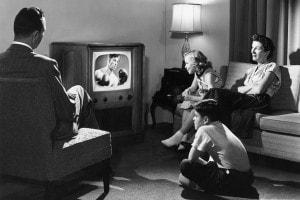 Una famiglia che guarda un incontro di boxe in televisione,  1950
