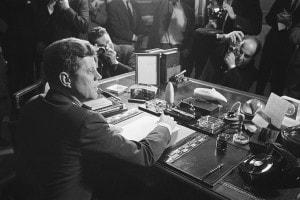 Un momento della Guerra Fredda che vede protagonista il presidente J.F. Kennedy, subito dopo aver firmato l'embargo verso Cuba