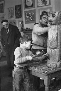 Classe di arte della Summerhill School. Sullo sfondo, a sinistra, il fondatore della scuola A. S. Neill. Febbraio, 1957