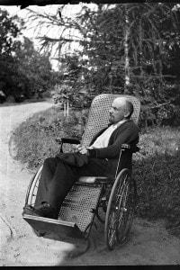 Vladimir Lenin sulla sedia a rotelle nell'estate 1923 a Gorki, Unione Sovietica
