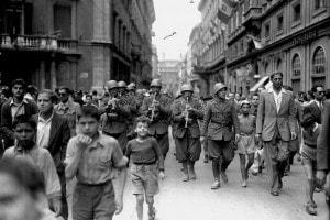 I soldati italiani a Roma sfilano dopo la Liberazione