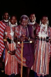 Anziano Masai con le sue quattro mogli. La poligamia continua ad essere praticata tra il popolo Masai