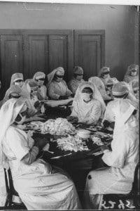 La Spagnola del 1918. Le volontarie della Croce Rossa nella realizzazione di mascherine durante la pandemia di influenza spagnola
