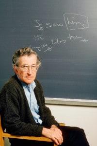Noam Chomsky nel suo ufficio alla Massachusetts Institute of Technology, Boston. Il 20 ottobre 1987
