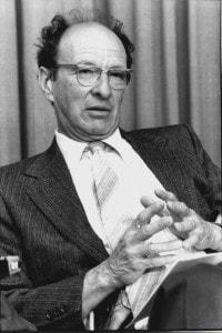 Urie Bronfenbrenner: professore di psicologia del Dipartimento dello sviluppo umano e studi sulla famiglia all'Università di Cornell. Il 24 luglio 1979