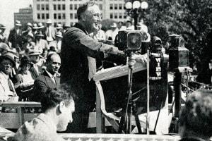 F.D. Roosevelt, 32° Presidente degli Stati Uniti, a Topeka sulla scia della campagna del 1932. Roosevelt si rivolge agli agricoltori americani dicendogli che il New Deal avrebbe funzionato anche per loro