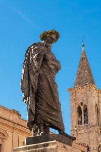 Statua di Ovidio, simbolo della città di Sulmona
