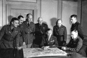 George Marshall (seduto, al centro) con il suo staff