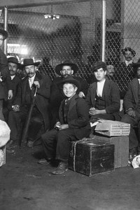 Emigranti italiani nel 1905 appena sbarcati ad Ellis Island