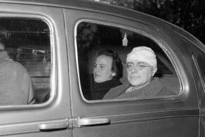 Nilde Iotti e Palmiro Togliatti dopo l'attentato del 1948