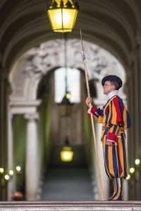 Una guardia svizzera all'ingresso della Basilica di San Pietro. Corpo armato istituito da Papa Giulio II