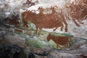 Una foto dell'ottobre 2011 di pitture rupestri preistoriche viste in una grotta vicino a Raha, Indonesia
