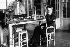 Marie Curie nel suo laboratorio