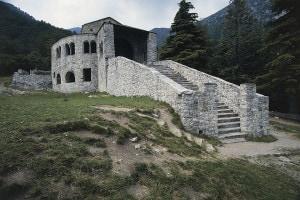 Abbazia di San Pietro al Monte: complesso architettonico di stile romanico a Civate, Lombardia