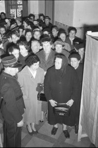 Donne nel seggio elettorale di Sierre (Svizzera), 1957