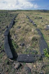 Hare Paenga: rovine di un edificio a forma di barca in un sito archeologico sull'Isola di Pasqua.