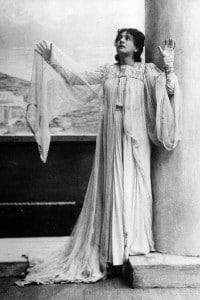 """Eleonora Duse recita nella tragedia """"La città morta"""" di Gabriele d'Annunzio. Milano, 1901"""