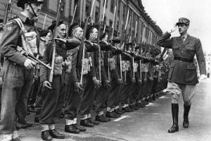 1942: il generale Charles de Gaulle (1890-1970) ispeziona i membri della neonata unità di comando della Francia libera a Wellington Barracks