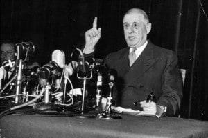 Il generale Charles de Gaulle (1890-1970) si rivolge ai giornalisti in una conferenza stampa nell'anno in cui divenne presidente della Quinta Repubblica francese
