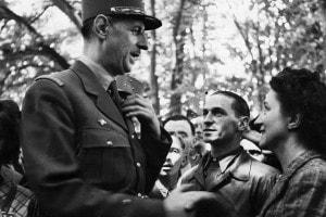 Charles de Gaulle saluta i residenti di Bayeux, la prima città francese ad essere liberata dai nazisti