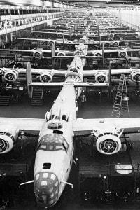 Il bombardiere B-24 sulla linea di produzione dello stabilimento di Willow Run di Henry Ford