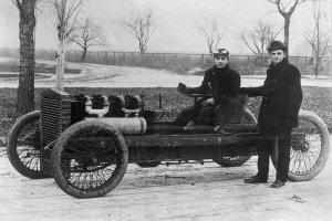 Henry Ford (in piedi) e il pilota Barney Oldfield. La Ford 999, record mondiale di velocità sul ghiaccio del lago St. Clair