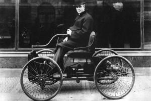 Henry Ford e la sua prima macchina, il Quadricycle, a New York city (1910)