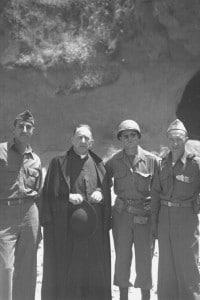Truppe alleate davanti al sito delle Fosse Ardeatine. Roma, 1944
