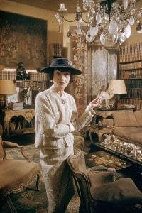 Coco Chanel (1959) nel suo lussuoso appartamento a Parigi