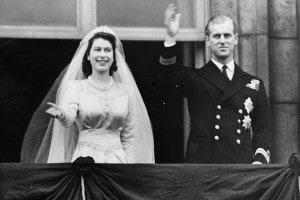 La coppia reale Elisabetta II e il Principe Filippo, Duca di Edimburgo, salutano la folla dal balcone di Buckingham Palace, a Londra, poco dopo il loro matrimonio all'Abbazia di Westminster