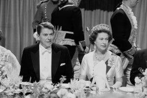 Ronald Reagan ed Elisabetta II ad una cena di gala al Castello di Windsor, Regno Unito, 9 giugno 1982
