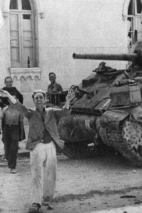 Sbarco in Sicilia, 1943. A Messina un cittadino accoglie con entusiasmo le truppe Alleate