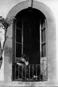 Tina Modotti, ritratto alla finestra. Foto di Edward Weston