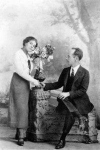 Tina Modotti (1896-1942) in posa con Edward Weston (1886-1958) nell'anniversario del loro arrivo in Messico, agosto 1924