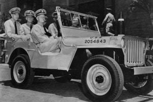 L'ammiraglio Chester Nimitz a Pearl Harbor, con i suoi aiutanti di campo, in onore della loro vittoria navale a Midway Island (1942)