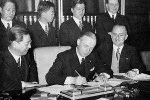 Patto Anticomintern, 1936. Il segretario Joachim von Ribbentrop firma l'accordo tedesco-giapponese contro l'Internazionale comunista (Comintern)
