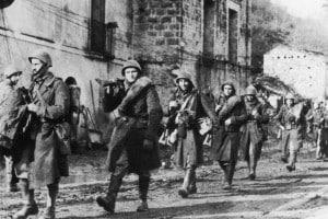 Soldati italiani in marcia nei Balcani dopo la notizia dell'armistizio con gli Alleati della seconda guerra mondiale