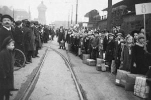 I giovani rifugiati tedeschi lasciano la regione della Ruhr, marzo 1923, mentre le truppe francesi e belghe occupano l'area per garantire i pagamenti di riparazione agli alleati della prima guerra mondiale