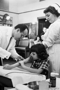 Jonas Edward Salk inietta ad una bambina il vaccino contro la poliomielite durante le prove sul campo nel 1954 a Pittsburgh