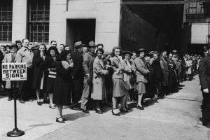 I newyorkesi fanno la fila per la vaccinazione contro il vaiolo, aprile 1947